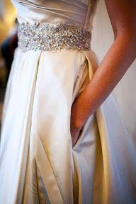 El detalle de brillo y plata en la cintura le dan un toque de sofisticacion para una boda elegante