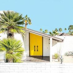 The Real Yellow Doors of Palm Springs - Kelly & Fred - PurePhoto Maison Eichler, Home Interior, Interior And Exterior, Modern Exterior, Architecture Design, Palm Springs Style, Palm Springs Houses, Yellow Doors, Mid Century House