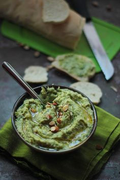 Fresh Fava Bean & Almond Spread a creamy delicious green vegan spread which is packed with nutrition! Antipasto, Vegetarian Recipes, Cooking Recipes, Healthy Recipes, Bread Recipes, Buffet, Dips, Fava Beans, Vegan Sauces