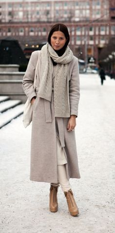 A winter look is here. We see woman wearing cozy ribbed knit scarf, belted cream-grey coat styled with white knitted separates. Complete the outfit by adding cream-brown leather booties. Winter Outfits For Work, Winter Outfits Women, Winter Fashion Outfits, Fashion Weeks, Autumn Winter Fashion, Street Style Trends, Looks Street Style, Street Look, Street Wear