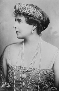 Marie of Romania 1876 Wearing the great Cartier diadem with the 137 carat central sapphire originally made in 1909 for her aunt Grand Duchess Vladimir. That is a serious tiara. Royal Crowns, Royal Tiaras, Tiaras And Crowns, Queen Mary, King Queen, Romanian Royal Family, Royal Jewelry, High Jewelry, Royal House