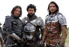 Tom Burke (Athos) met Howard Charles (Porthos) en Luke Pasqualino (D'artagnan)