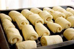 Máslové kynuté MINI pečivo   NejRecept.cz Bread Rolls, Baguette, Hot Dog Buns, Cooking, Ethnic Recipes, Food, Basket, Bakken, Breads