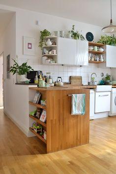 Schöne offene Küche. Mit viel Luft und Grünpflanzen.