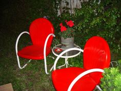 Cherry red metal lawn chairs via Back Through Time -- someday I will have these in red & aqua for my backyard! #red #retro #vintage #lawnchair #backyard