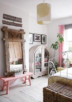 Hermosos detalles los de esta habitación: la suavidad del rosado con el toque rústico combinan perfecto.