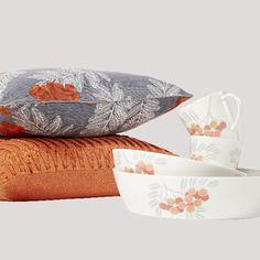 Pihlaja-sarjan tyynynpäällinen 19 €, muki 18 €, tarjoilukulhot alk. 24 €. Oranssi Solo-tyynynpäällinen 18 €. Pentik, 1. krs.