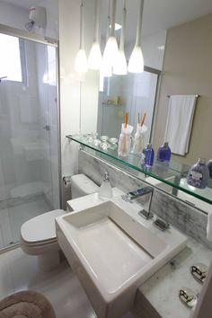 Banheiro moderno e clean.