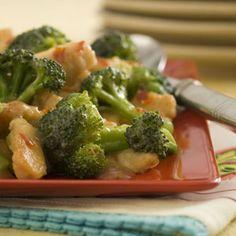 Pollo con brócoli y tomate