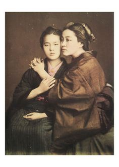 Baron Raimund von Stillfried Two women Notice how the fabric creases in the blue/black sleeve. What traditional Japanese artists are basing those lovely varied lines on. Vintage Lesbian, Vintage Couples, Cute Lesbian Couples, Lesbian Art, Vintage Photographs, Vintage Images, Samurai, Sufjan Stevens, Queer Art