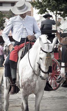 Gut aussehende Reiter und Pferde präsentieren sich zur Feria de Abril, Sevilla