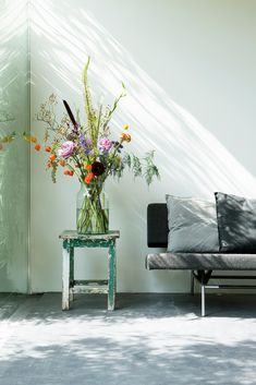 A bloomon bouquet in an inviting living space. bloomon deliver fresh flowers straight from the grower to your doorstep on repeat or as a gift. Happy Flowers, Fresh Flowers, Beautiful Flowers, Spring Decoration, Flower Subscription, Scandinavian Style, Interiores Design, Interior Inspiration, Planting Flowers