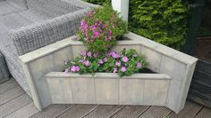 Bloembak van steigerhout Wooden Pallet Projects, Pallet Crafts, Concrete Garden, Wooden Garden, Wood Planters, Planter Boxes, Shed With Porch, Backyard Bbq, Flower Boxes