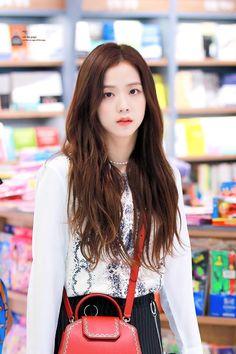 Jisoo is so pretty! Blackpink Jisoo, Kim Jennie, Kpop Girl Groups, Korean Girl Groups, Kpop Girls, Black Pink ジス, Blackpink Members, Blackpink Photos, Blackpink And Bts
