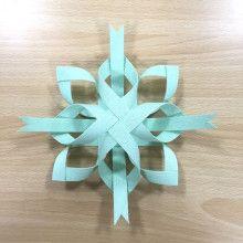 あまった紙バンドでオーナメントを | 紙バンド手芸 蛙屋(かえるや)のブログ Christmas Origami, Christmas Crafts, Christmas Ornaments, Toilet Paper Roll Crafts, Paper Crafts, Christmas Door Decorations, Kirigami, Basket Weaving, Christmas Holidays