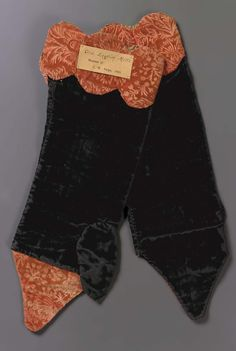 Probably 18th century - Pair of mitts - Linen and silk; velvet