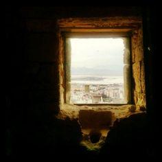 La vista dalla finestra più antica del Castello di San Michele a #Cagliari, un'invasione alla fortezza #invasionidigitali #invasioniCA #liberiamolacultura #igersardegna