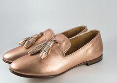 Menos es más. Más elegante, más confortable. Penelope es nuestra versión del clásico Tassel Loafer Inglés. Úsalos en el trabajo, en casa o mientras viajas. Slip-on fabricado en piel con punta redondeada, forro de piel suave, plantilla acojinada, suela de cuero con tacón de 1.3cm y tapa de hule. Hecho a mano en México. Nuestros zapatos son hechos en León Guanajuato. Basados en métodos tradicionales artesanales los zapatos de Alastor se fabrican por gente orgullosa de su trabajo con muchos…