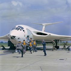 RAF crew running toward their Handley Page Victor bomber [1772  1784]