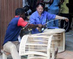 China ist seit Jahren der größte Handelspartner afrikanischer Staaten. Auch in der Entwicklungszusammenarbeit spielt Peking eine zunehmend wichtige Rolle. In Ghana etwa vermitteln chinesische Experten ihr Wissen in der Verarbeitung von Bambus. Kairo, Peking, Ghana, African, Bamboo, Messages, Products, Knowledge