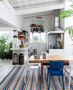 No dúplex onde o empresário Rodolfo Vilar mora, em São Paulo, a cozinha fica no andar superior, integrada à sala de jantar. O espaço conta com fogão à lenha, inspirado em antigas casas de pescadores de Ilhabela. Projeto da arquiteta Marina Bonini