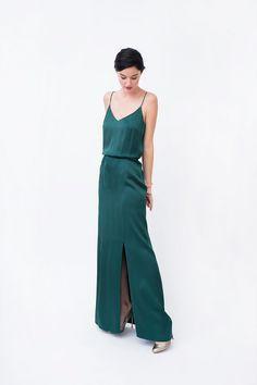 Robe longue en soie de couleur verte émeraude, à fines bretelles, dos nu avec une grande fente sur le devant.