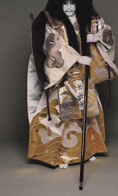 Sea of Shoes: Bando Tamasburo, male kabuki legend, by Kishin Shinoyama (Has the image been flipped, or is he really wearing his katana on his right hip? Japanese Costume, Japanese Kimono, Japanese Art, Hiroshima, Noh Theatre, Theater, Ligne D Horizon, Turning Japanese, Art Japonais