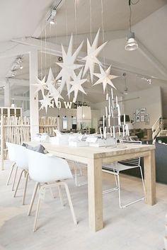 Shopinstijl.nl - Grote papieren kerststerren boven de eettafel - bekijk en koop de producten van dit beeld op shopinstijl.nl