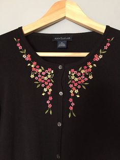 Embroidery On Kurtis, Kurti Embroidery Design, Hand Embroidery Dress, Embroidery Stitches Tutorial, Embroidery On Clothes, Flower Embroidery Designs, Simple Embroidery, Embroidered Clothes, Embroidery Fashion