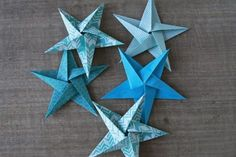 Découvrez le tuto et réalisez pas à pas un joli mobile d-étoiles en origami-. Origami Design, Diy Origami, Origami Simple, Origami Paper Folding, Origami Star Box, Origami Fish, Origami Ideas, Origami Instructions, Origami Tutorial