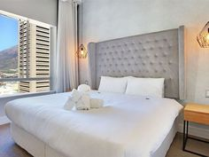Triangle Luxury Suite 1801 - Triangle Luxury Suites by Totalstay is a modern development in the heart of Cape Town's buzzing inner city CBD. Centrally located on trendy Loop Street, and boasting views overlooking the Atlantic Ocean, .