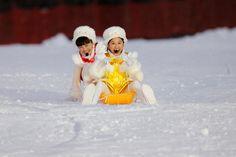ももいろクローバーZ「ももいろクリスマス2015 ~Beautiful Survivors~」12月25日公演でソリに乗る玉井詩織と百田夏菜子。(Photo by HAJIME KAMIIISAKA+Z)
