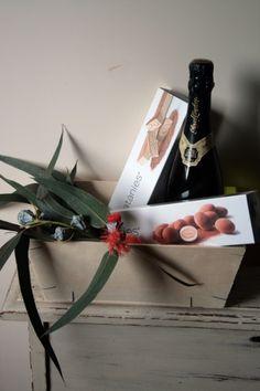 Caja de madera con cava y catanias. Regalos de Navidad.