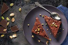 Poznaj przepis na pyszny deser kuchni amerykańskiej – czekoladowe brownie z orzechami. Koniecznie wypróbuj!