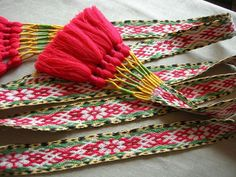 From a Russian photo site. Nicely finished tasseled ends. Inkle Weaving, Inkle Loom, Card Weaving, Tablet Weaving, Band, Fiber Art, Weave, Tassels, Textiles