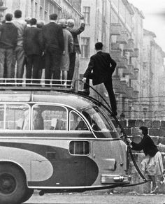 Sightseers climb atop a tour bus to look over the newly built Berlin Wall, 1961 the Cold War Old Photos, Vintage Photos, History Of Germany, Photos Rares, Berlin Wall, Berlin City, East Germany, World History, European History