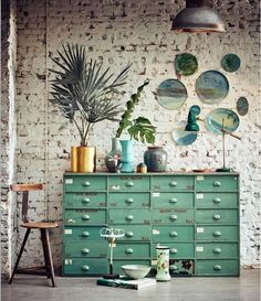 Un ambiente en verde fresco y relajante para pasar mejor el calor que nos espera. #verde #mueble #cajonera #tiradores #concha #tiradorconcha #arcon #ambiente #verano #decoracion #inetriorismo #industrial #vintage #interiordesign #green #inspiration #interiorforinspo #inspo #style #decoration #plants #furniture #dirtychic #homedecor #instahome #decorlovers #fresh #furniture #summer #color