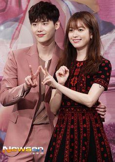 """Lee Jong Suk y Han Hyo Joo en """"W"""" Press Conference"""