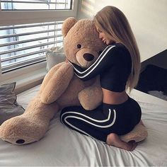 Find images and videos about girl, hair and bear on We Heart It - the app to get lost in what you love. Ft Tumblr, Foto E Video, Cuddling, Cute Outfits, Teddy Bear, Goals, Black And White, Pictures, Animals