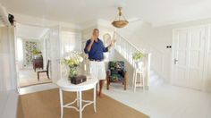 Ernst visar den förvandling som rummen i huset gjort, från mörka färger och dåliga tapeter så har flera rum blivit ljusa och inbjudande.