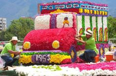 Feria d las flores. Made completely out of flowers Latin Travel, Colombian Art, Art Icon, World Of Color, Meeting New People, Travel Around The World, Night Life, Places To Travel, Colours