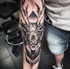 geometrisches Hirsch-Tattoo-Design - Tattoo Design And Ideas Tricep Tattoos, Cool Forearm Tattoos, Body Art Tattoos, Sleeve Tattoos, Buck Tattoo, Tattoo Bein, Geometric Tattoos Men, Geometric Deer, Cervo Tattoo