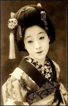 昔のおしゃれな着こなしのスナップ写真を見ると、様々な半襟があることがわかります。半襟は顔に一番近いので、昔からおしゃれ大好き女子の見せ場ポイントだったのかもしれませんね。