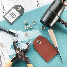 専用の道具を使ったり縫製が難しそうなレザークラフトは、初心者がいきなり始めるのは大変そうですよね。でも、家にある道具でも簡単に本格的な革小物やアクセサリーが作れるんです。縫製が苦手でも大丈夫!ハサミや接着剤だけでできるタッセルや、金具で留める革小物、編み込んで作るブレスレットなど、さまざまな小物やアクセサリーの作り方をご紹介します。