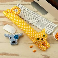 These little guys made from the Straight Stitch Society Desktop Pets Wrist Rest sewing pattern will keep you company during the work day. Fabric Crafts, Sewing Crafts, Sewing Projects, Cat Crafts, Arts And Crafts, Illustration Kawaii, Embroidery Stitches, Hand Embroidery, Japanese Embroidery