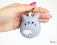 Gatto portachiavi in feltro, gatto grigio, portachiavi animali, felino, cucito a mano in Italia, regalo simpatico amica, borsa, zaino