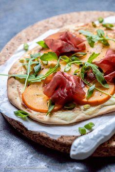 Flammkuchen mit Persimon, Bresaola und Rucola | GourmetGuerilla.de Whole30, Pizza, Drinks, Eat, Food, Gourmet, Healthy Eating, Homemade, Easy Meals