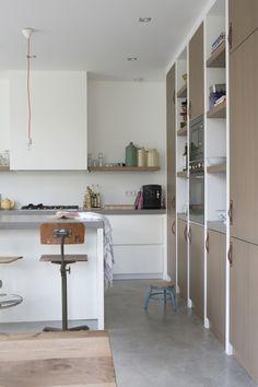 Moderne keuken  wit  vergrijsd hout  hoge kastenwand  combinatie ...