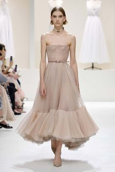 Form-fitting strapless dresses in chiffon and crepe at Dior. Dior Haute Couture, Givenchy Couture, Elie Saab Couture, Haute Couture Dresses, Couture Bridal, Couture Clothes, Chanel Runway, Dior Fashion, Fast Fashion