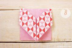 Tu souhaites créer de jolis marque-places pour ton mariage ? Découvre ce DIY {Do It Yourself} pour savoir comment réaliser des marque-places cœur en origami